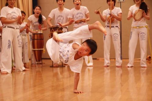 カポエィラの代表的な技、アウー・バチードゥは子供でもできるようになります